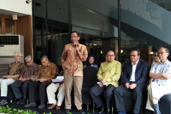 Mahfud MD bersama anggota Gerakan Suluh Kebangsaan - Bisnis/Aziz R