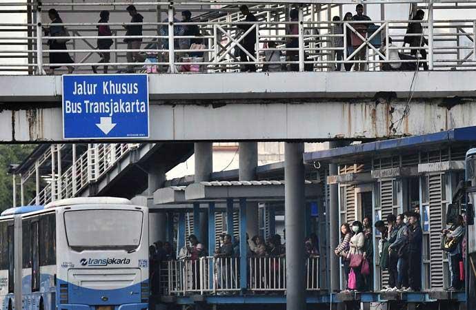 Warga menunggu bus di Halte Bus Transjakarta Harmoni, Jakarta Pusat, Kamis (23/5/2019). Warga kembali beraktivitas pascaricuh aksi 22 Mei. - ANTARA/Fanny Octavianus