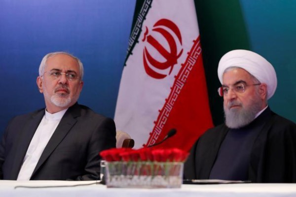 Presiden Iran Hassan Rouhani (kanan) dan Menteri Luar Negeri Iran Mohammad Javad Zarif menghadiri pertemuan dengan pemimpin dan cendekiawan Muslim di Hyderabad, India, Kamis (15/2/2018). - Reuters/Danish Siddiqui