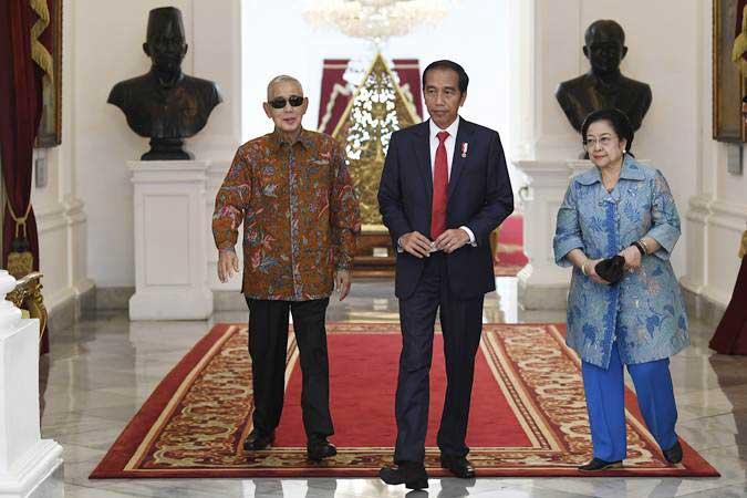 Presiden Joko Widodo (tengah), Ketua Dewan Pengarah Badan Pembinaan Ideologi Pancasila (BPIP) Megawati Soekarnoputri (kanan) dan Wakil Dewan Pengarah BPIP Try Sutrisno, berjalan bersama usai pertemuan tertutup di Istana Merdeka, Jakarta, Selasa (21/5/19). - ANTARA/Puspa Perwitasari