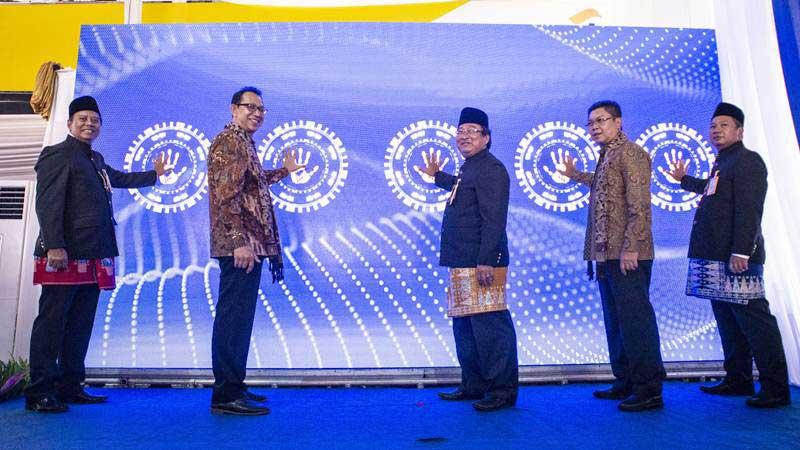 Dirut Bank Mandiri Taspen (Bank Mantap) Josephus Koernianto Triprakoso (tengah) bersama Direktur Bank Mandiri Darmawan Junaidi (kedua kanan), Direktur Taspen Mohammad Jufri (kedua kiri), Direktur Bank Mantap Iwan Soeroto (kiri) dan SEVP Fajar Ari Setiawan (kanan) menekan tombol saat peluncuran layanan digital Mantap Mobile, di Jakarta, Senin (11/3/2019). - ANTARA/Aprillio Akbar