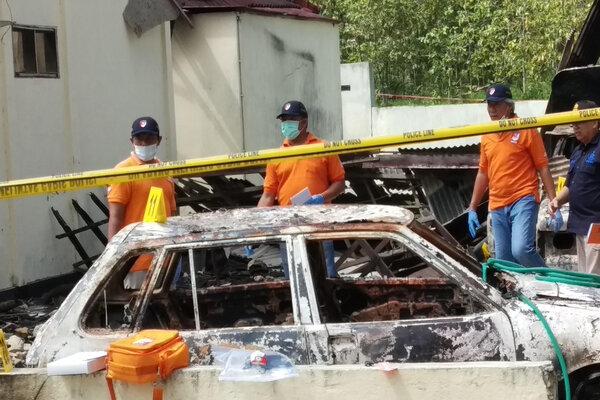 Tim Inafis dan Labfor Polda Jawa Timur melakukan olah TKP di Polsek Tambelangan pascapembakaran oleh massa, di Sampang, Jawa Timur, Kamis (23/5/2019). - Antara/Ryan Hariyanto
