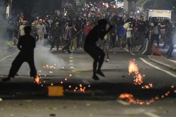 Massa melakukan perlawanan ke arah petugas di depan kantor Bawaslu di kawasan Thamrin, Jakarta, Selasa (21/5/2019). - ANTARA FOTO/Muhammad Adimaja