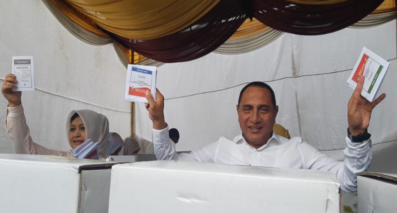 Gubernur Sumatra Utara Edy Rahmayadi bersama istri menunjukkan kertas suara di hadapan wartawan. Rabu (17/4/2019).Bisnis - Duwi
