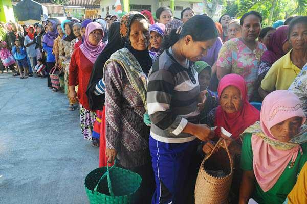 Ilustrasi warga antre untuk membeli sembako murah - Antara/Aloysius Jarot Nugroho