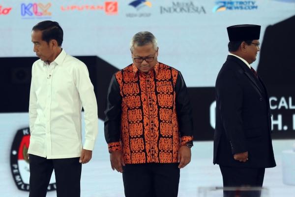 Capres nomor urut 01 Joko Widodo (kiri) dan Capres nomor urut 02 Prabowo Subianto (kanan) disaksikan Ketua KPU Arief Budiman (tengah) saat bersiap mengikuti debat capres 2019 putaran keempat d Jakarta, Sabtu (30/3 - 2019).Bisnis/Nurul Hidayat