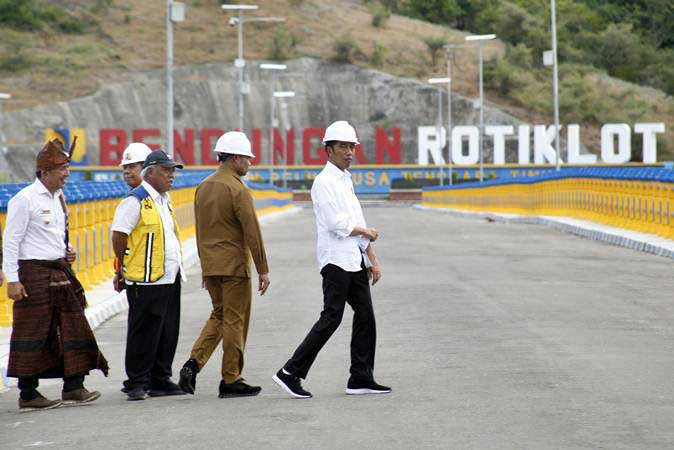 Presiden Joko Widodo (kanan) bersama Menteri PUPR Basuki Hadimuljono (tengah), Mensesneg Pratikno (kedua kiri), Gubernur NTT Viktor Laiskodat (kedua kanan), dan Bupati Belu Willy Lay (kiri) menghadiri peresmian Bendungan Rotiklot di Belu, Atambua, NTT, Senin (20/5/2019). - ANTARA/Yulius Satria Wijaya