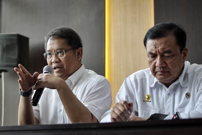 Menkominfo Rudiantara (kiri) dan Kepala BIN Budi Gunawan (kanan) menyampaikan perkembangan pascakerusuhan di Jakarta dini hari tadi, di kantor Kemenko Polhukam, Jakarta, Rabu (22/5/2019). - ANTARA/Dhemas Reviyanto