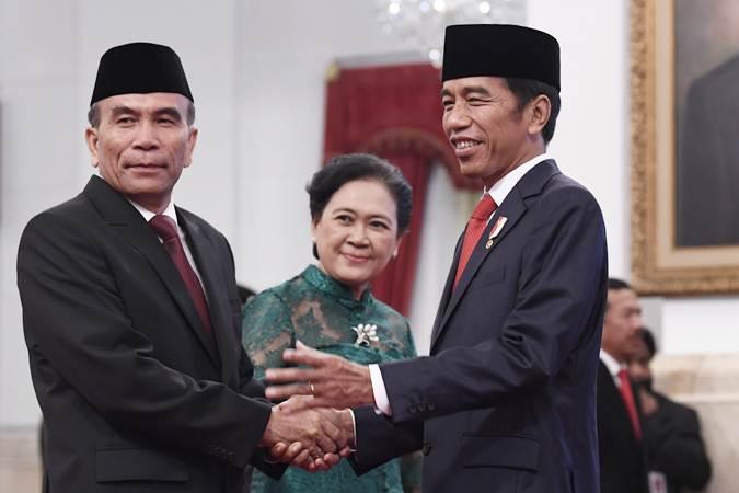 Presiden Joko Widodo (kanan) memberi ucapan kepada Kepala Badan Siber dan Sandi Negara (BSSN) Letnan Jenderal TNI (Purn) Hinsa Siburian (kiri) usai pelantikan di Istana Negara, Jakarta, Selasa (21/5/19). - ANTARA/Puspa Perwitasari