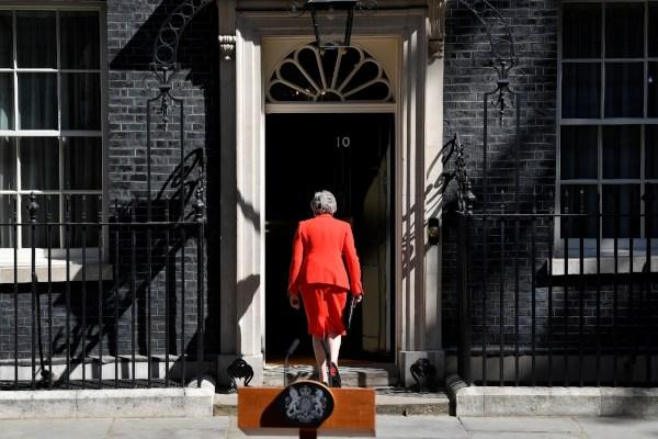 Perdana Menteri (PM) Inggris Theresa May meninggalkan lokasi konferensi pers setelah memberikan pernyataan tentang pengunduran dirinya di London, Inggris, Jumat (24/5/2019). - Reuters/Toby Melville