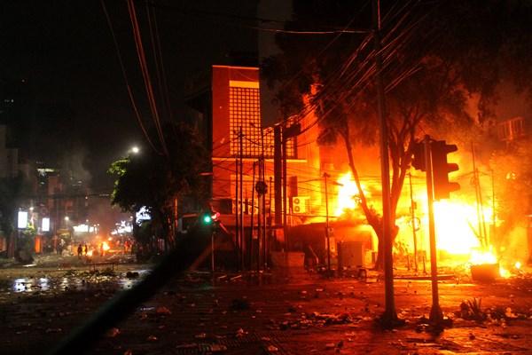 Sebuah pos polisi terbakar saat pengunjuk rasa terlibat bentrok dengan aparat pada aksi massa 22 Mei terkait hasil Pemilihan Presiden 2019, di kawasan Jalan MH. Thamrin, Jakarta, Rabu (22/5/2019) malam. - ANTARA FOTO/Risky Andrianto