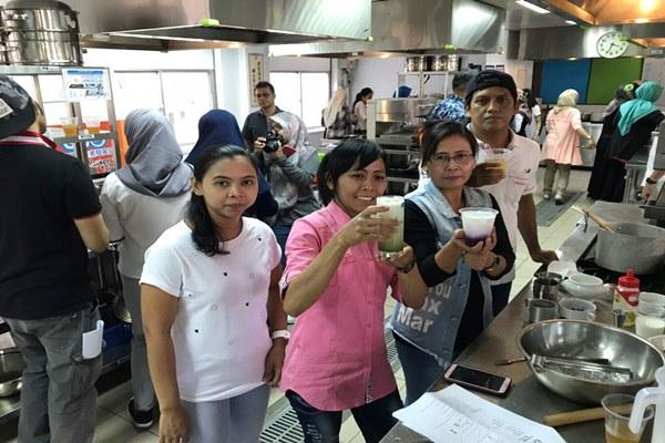 Buruh migran Indonesia sedang berlatih meracik minuman bubble tea di Taiwan yang diselenggarakan oleh Global Workers' Organization (GWO), LSM Taiwan, Minggu (8/7/2018). - Bisnis/Hery Trianto