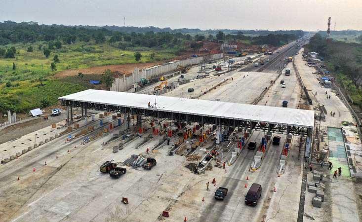 Foto udara pembangunan gerbang tol Cikampek Utama di KM 70 jalan tol Jakarta-Cikampek, Cikampek, Jawa Barat, Kamis (16/5/2019). - ANTARA/Hafidz Mubarak A