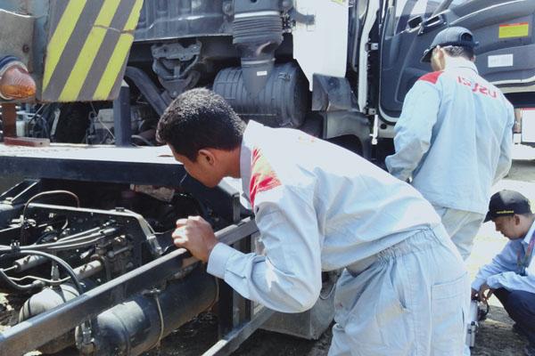 Ilustrasi-Petugas Dinas Perhubungan Kota Semarang sedang melakukan ramp check truk di kawasan Baruna Tanjung Emas Semarang, Senin 13 Mei 2019. - Bisnis/Alif Nazzala Rizqi