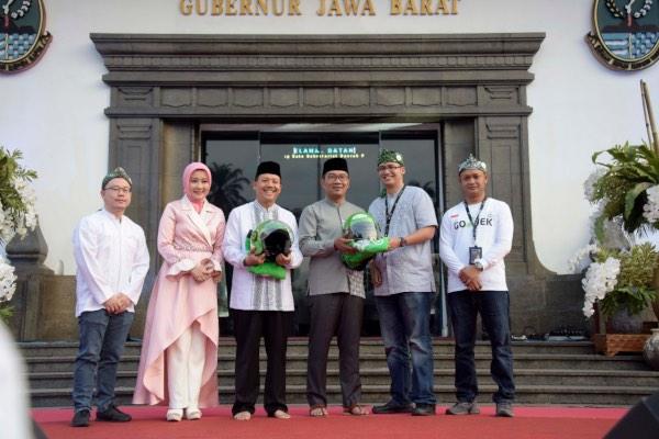 Gubernur Jawa Barat Ridwan Kamil (tengah) berfoto bersama perwakilan Gojek usai menandatangani nota kesepahaman antara kedua pihak yang bertujuan mendorong pertumbuhan kinerja ekonomi digital di provinsi tersebut di Gedung Sate, Bandung, Jawa Barat, Sabtu (25/5/2019). - Bisnis/Wisnu Wage