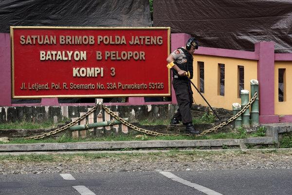 Tim Labfor Mabes Polri Cabang Semarang melakukan olah Tempat Kejadian Perkara (TKP) pos penjagaan yang ditembak oleh Orang Tidak Dikenal (OTK), di Mako Brimob Kompi 3 Batalyon B Purwokerto, Banyumas, Jateng, Sabtu (25/05/2019). Tim Labfor Mabes Polri Cabang Semarang dan INAFIS Polres Banyumas, masih terus melakukan olah TKP, dengan melakukan penyisiran selongsong peluru dan simulasi penembakan. - Antara/Idhad Zakaria