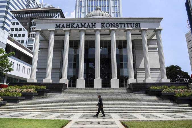 Petugas keamanan melintas di depan Gedung Mahkamah Konstitusi, Jakarta, Kamis (23/5/2019). - ANTARA/Hafidz Mubarak A