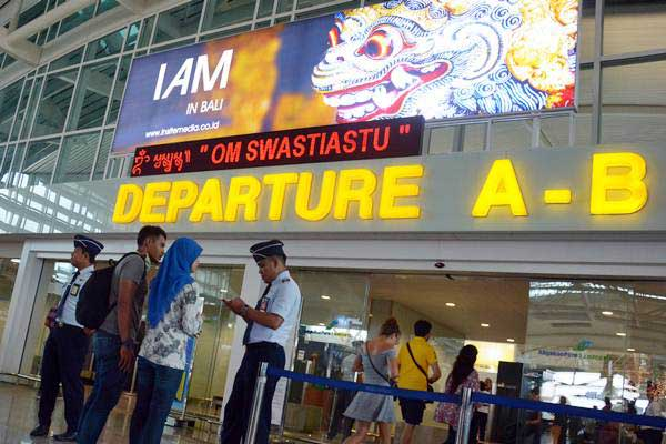 Petugas memeriksa tiket penumpang di Bandara Internasional Ngurah Rai, Bali, Rabu (29/11/2018). - ANTARA/Wira Suryantala