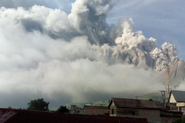 Gunung Sinabung menyemburkan material vulkanik saat erupsi, di Karo, Sumatera Utara, Selasa (7/5/2019). Gunung Sinabung berstatus Awas (level IV) kembali erupsi dengan tinggi kolom abu vulkanik mencapai 2.000 meter. - Antara/Sastrawan Ginting