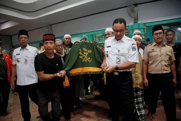 Gubernur DKI Jakarta Anies Baswedan turut mengangkat keranda jenazah salah satu korban kerusuhan 22 Mei. - Instagram/Aniesbaswedan