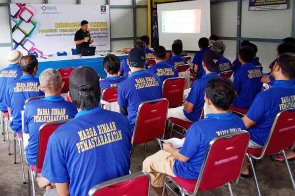 Salah satu instruktur sedang memberikan materi bimbingan teknis tentang pembuatan kerajinan kayu kepada warga binaan Lembaga Pemasyarakatan (Lapas) Kelas IIA di Pontianak, Kalimantan Barat. Sebanyak 30 peserta mengikuti pelatihan tersebut yang telah dilaksanakan selama enam hari pada 13-18 Mei 2019.  - Kementerian Perindustrian