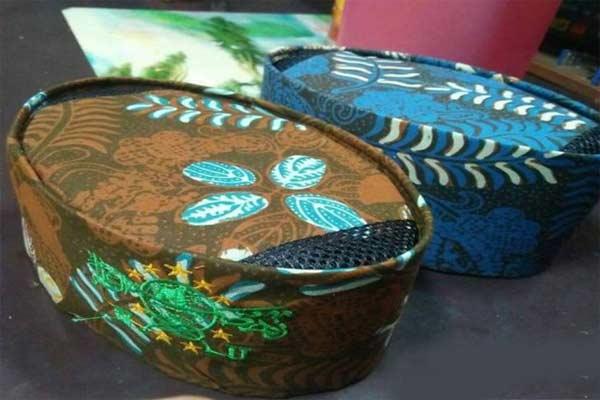 Songkok batik tulis Madura, hasil produk perajin batik tulis Pamekasan.  - foto Antara/Abd Aziz