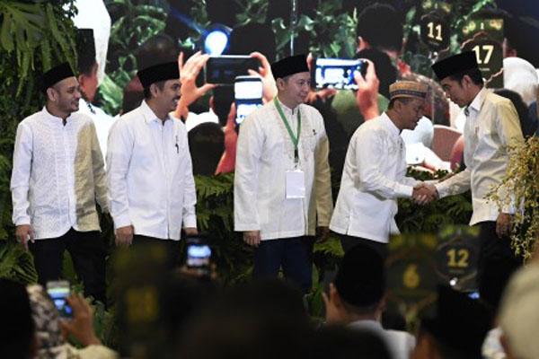 Presiden Joko Widodo (kanan) berjabat tangan dengan Ketua Umum Himpunan Pengusaha Muda Indonesia (Hipmi) Bahlil Lahadalia (kedua kanan) dan pengurus, seusai membuka Silaturahmi Nasional sekaligus Buka Bersama Hipmi di Jakarta pada Minggu (26/5/19). - Antara/Puspa Perwitasari