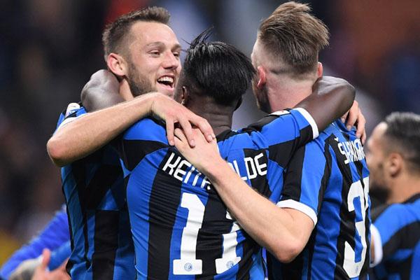 Para pemain Inter Milan merayakan lolosnya mereka ke Liga Champions Eropa setelah menundukkan Empoli. Sebaliknya bagi Empoli, kekalahan membuat tim tersebut terdegradasi dari Serie A ke Serie B. - Reuters/Alberto Lingria