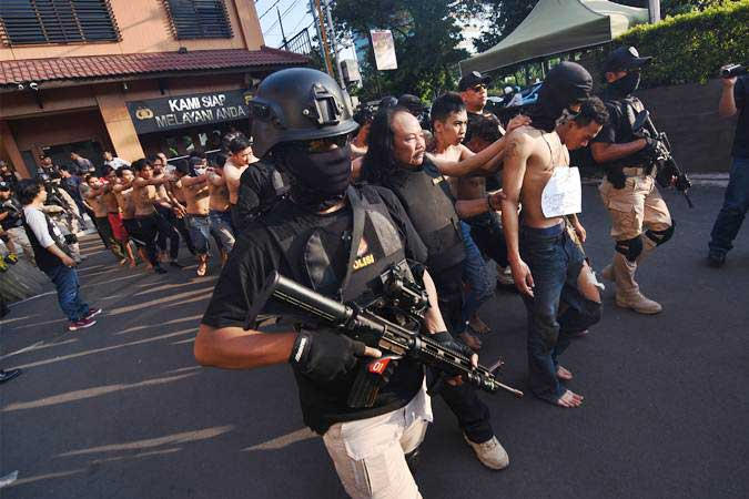 Polisi menggiring para tersangka pelaku kericuhan pada Aksi 22 Mei saat gelar perkara di Polres Metro Jakarta Barat, Kamis (23/5/2019). - ANTARA/Indrianto Eko Suwarso