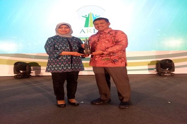 Manager CSR Pupuk Kaltim Dwi Pudyasmoro (kanan) berpose usai menerima penghargaan dari Asia Responsible Enterprise Awards (AREA) kategori social empowerment pada ajang The International CSR Summit (ICS) 2019. - JIBI/Istimewa
