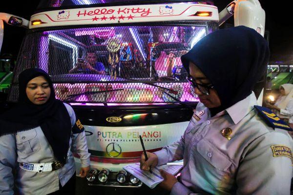 Ilustrasi - Petugas Kementerian Perhubungan (Kemenhub) mendata hasil pemeriksaan setelah dilakukan ramp check keberangkatan bus Antar Kota Antar Provinsi (AKAP) di terminal Tipe A Lhokseumawe, Aceh, Minggu (10/6). Inspeksi persyaratan teknis layak jalan kendaraan itu untuk mengurangi potensi terjadinya kecelakaan sekaligus memberikan pelayanan dan keamanan kepada pemudik. - ANTARA FOTO/Rahmad