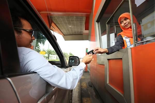 Ilustrasi - Pengguna jalan yang sedang bertransaksi e-toll di tol Tangerang-Merak - Istimewa