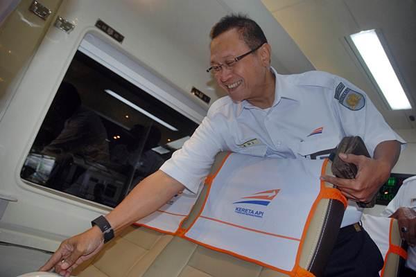 Dirut PT KAI Edi Sukmoro meninjau bagian dalam Kereta Premium saat peluncurannya di Stasiun Bandung, Jawa Barat, Selasa (13/6). - Antara/Fahrul Jayadiputra