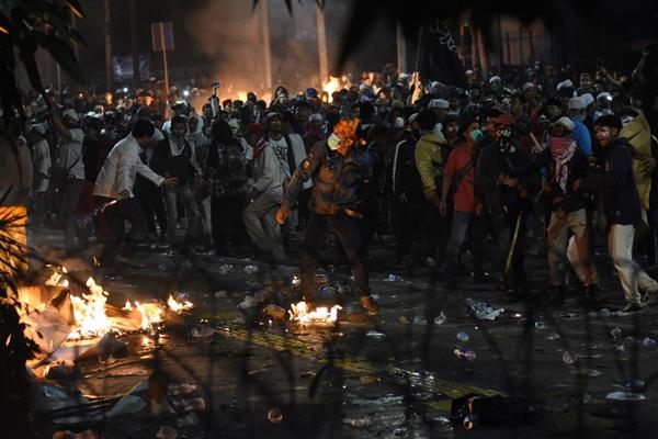 Demonstran terlibat kericuhan saat menggelar Aksi 22 Mei di depan gedung Bawaslu, Jakarta, Rabu (22/5/2019) - ANTARA FOTO/Indrianto Eko Suwarso