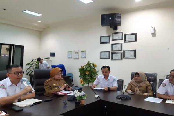 Kepala BPJS Kesehatan Cabang Palembang M. Ichwansyah Gani (dari kiri) bersama Kepala Dinas Kesehatan Kota Palembang Letizia menyampaikan pemaparan terkait pelayanan kesehatan JKN-KIS selama libur Lebaran 2019. - Bisnis/Dinda Wulandari