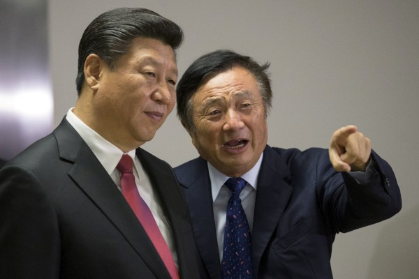 Presiden China Xi Jinping (kiri) dan pendiri Huawei Ren Zhengfei berbincang-bincang ketika Xi mengunjungi kantor Huawei di London, Inggris pada Rabu (21/10/2015). - Reuters/Matthew Lloyd