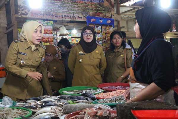 Wakil Walikota Palembang Fitriandi Agustinda meninjau harga bahan pokok di Pasar Sako jelang Lebaran 2019 - Istimewa