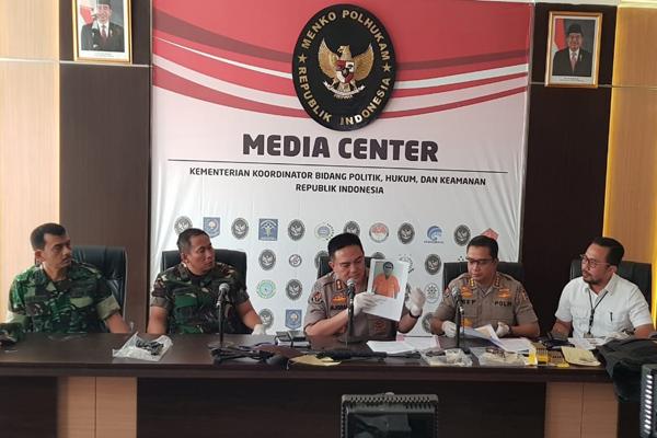 Kepala Divisi Humas Polri Inspektur Jenderal Mohamad Iqbal (tiga dari kiri) dan Wakil Kepala Puspen TNI Laksamana Pertama Tunggul Suropati (kedua dari kiri) di Kantor Kemenko Polhukam, Jakarta, Senin 27 Mei 2019. - Bisnis/Lalu Rahadian