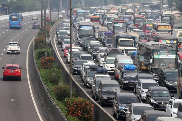 Pengendara memadati ruas jalan Tol Jakarta-Cikampek arah Cikampek, di Bekasi, Jawa Barat ANTARA FOTO - Risky Andrianto