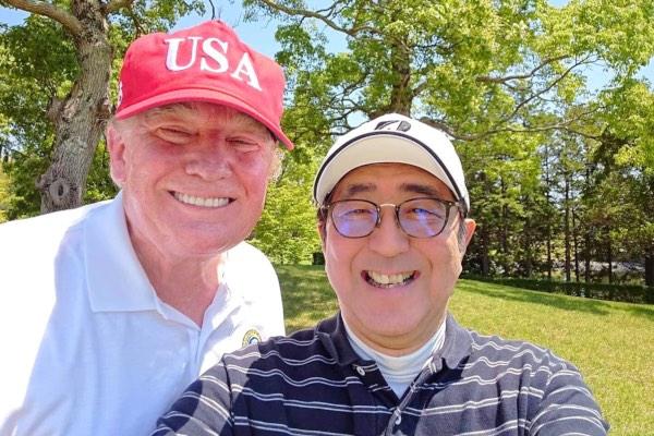 Perdana Menteri (PM) Jepang Shinzo Abe berswafoto bersama Presiden AS Donald Trump ketika keduanya bermain golf di Mobara Country Club, Mobara, Prefektur China, Jepang, Minggu (26/5/2019). - Instagram Kantor PM Jepang via Reuters