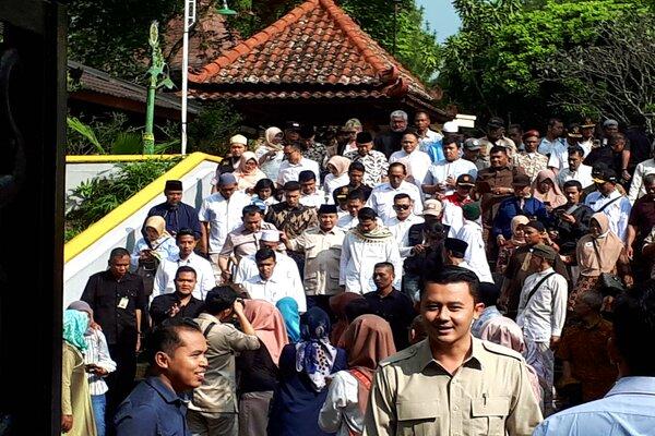 Capres RI, Prabowo Subianto, berziarah ke makam Presiden ke-2 RI, Soeharto, di Astana Giribangun, Matesih, Senin (27/5). - JIBI/Sri Sumi Handayani
