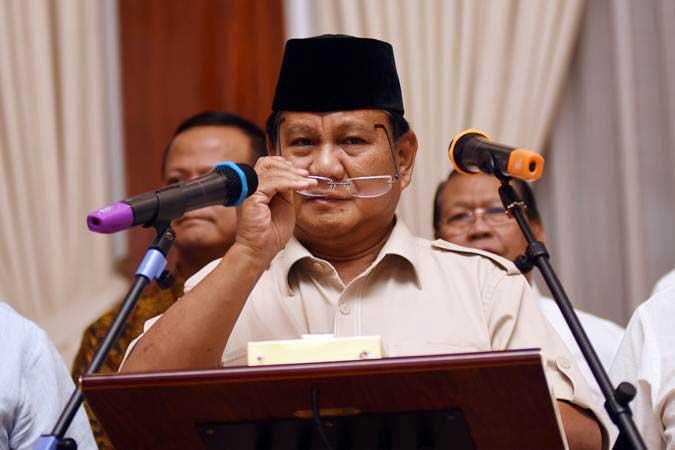 Capres nomor urut 02 Prabowo Subianto bersama tim Badan Pemenangan Nasional (BPN) memberikan keterangan kepada wartawan di kediamannya di Kertanegara, Jakarta, Rabu (8/5/2019). - ANTARA/Indrianto Eko Suwarso
