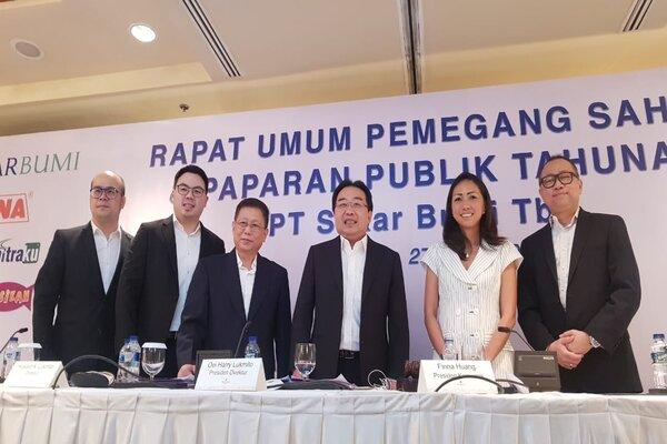Presiden Direktur PT Sekar Bumi Tbk Harry Lukmito (ketiga kanan) bersama dengan jajaran direksi Sekar Bumi saat menggelar RUPS di Surabaya, Senin (27/5/2019). - Bisnis/Peni Widarti