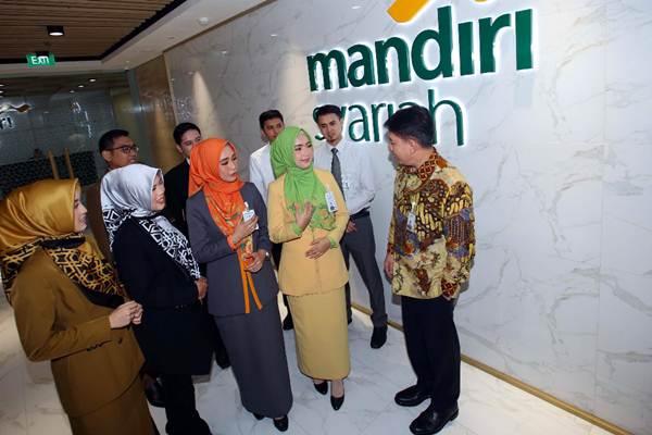 Presiden Direktur PT Bank Syariah Mandiri (Mandiri Syariah) Toni EB Subari (kanan) berbincang dengan pegawai frontliners yang menjadi garda depan layanan kepada nasabah saat peluncuran seragam baru di Jakarta, Kamis (8/11/2018). - JIBI/Abdullah Azzam