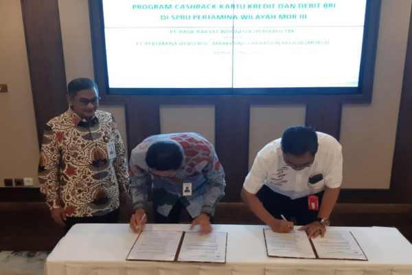 Pemimpin Wilayah BRI Jakarta I Hari Siaga Amijarso (kiri) menyaksikan Penandatanganan Kerja Sama BRI dengan Pertamina di Jakarta, Selasa (27/5/2019). Bisnis - M. Khadafi