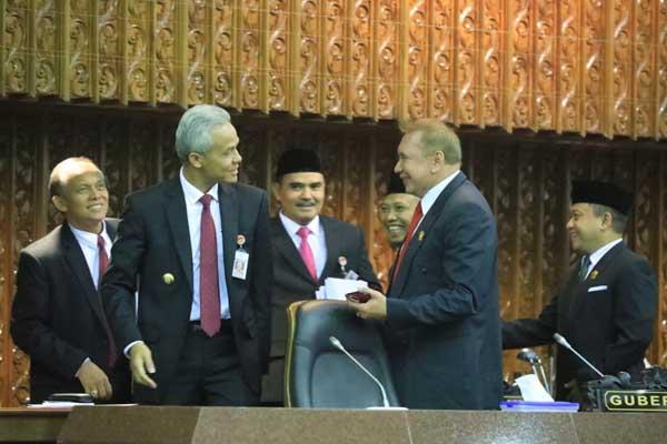 : Gubernur Ganjar Pranowo bersama pimpinan DPRD Jateng seusai Penetapan Rancangan Keputusan DPRD Provinsi Jateng tentang Persetujuan Raperda Usul Prakarsa (Bapemperda) Menjadi Prakarsa DPRD.