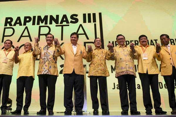 Ketua Umum Partai Golkar Airlangga Hartarto (keempat kiri) bergandengan tangan bersama Menko bidang Kemaritiman Luhut Binsar Panjaitan (kanan), Ketua Dewan Pembina Aburizal Bakrie (kiri), Ketua Harian Nurdin Halid (kiri), Ketua Dewan Pakar Agung Laksono (ketiga kanan), Wakil Ketua Dewan Kehormatan Akbar Tanjung (keempat kanan) dan Ketua bidang Kaderisasi Ibnu Muzir (kedua kanan) saat pembukaan Rapimnas Partai Golkar di Jakarta, Senin (18/12). - ANTARA/Hafidz Mubarak A