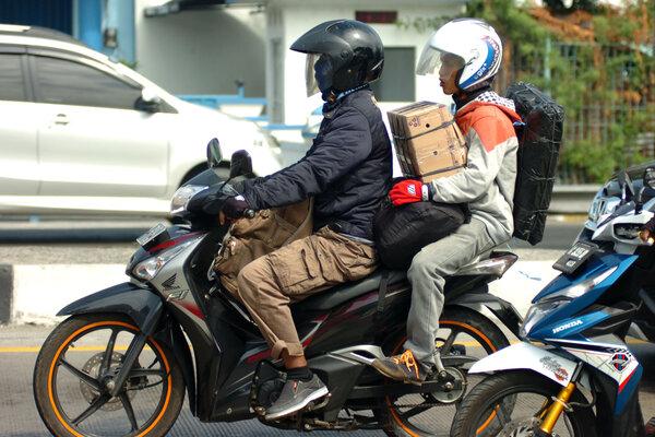 Pemudik bersepeda motor mulai melintas di Jalur Pantura, Tegal, Jawa Tengah, Minggu (26/5/2019). Sejumlah pemudik memilih berangkat lebih awal guna menghindari kepadatan kendaraan di sekitar jalur Pantura. - Antara/Oky Lukmansyah