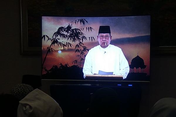 Ketua Umum Partai Demokrat Susilo Bambang Yudhoyono menyampaikan hasil kontemplasi Ramadhan kepada kader di acara buka bersama melalui rekaman video dan ditonton para kader di Kediamannya, Jakarta, Senin (27/5/2019)./JIBI - Bisnis/Jaffry Prabu Prakoso