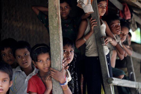 Anak-anak Muslim Rohingya di desa U Shey Kya, pinggiran Maungdaw, negara bagian Rakhine, Myanmar (27/10/2016). - Reuters/Soe Zeya Tun